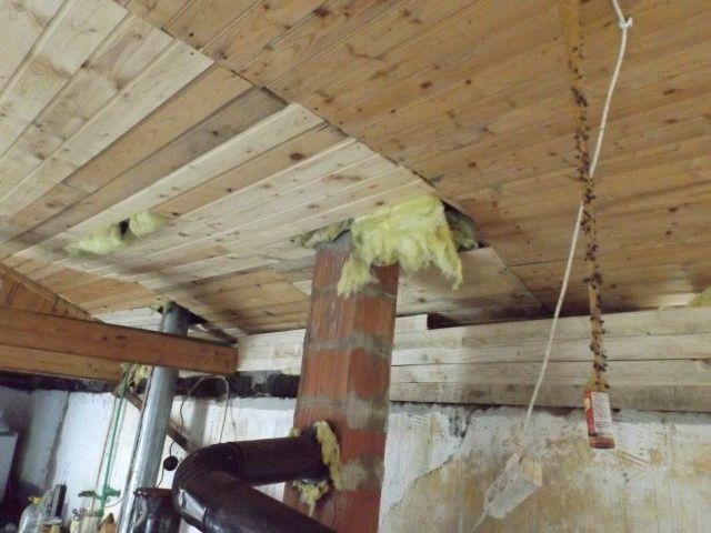 In 2013 stortte het dak van Café Bethlehem in. Het dak is gerepareerd en ook het plafond. Maar er zijn nog wat gaten.