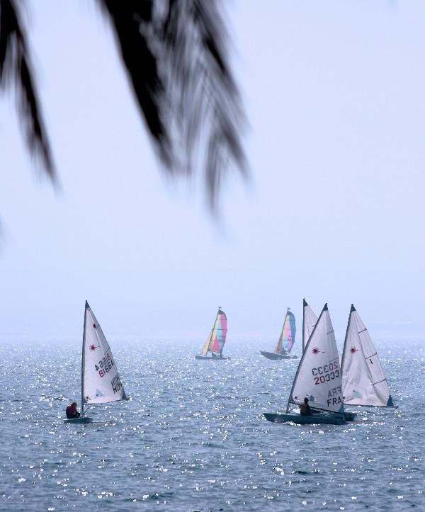De wind als symbool van de Geest van God. De wind blaast waarheen Hij wil. Hij waait voor al die bootjes dezelfde kant op. Toch bepalen de zeilers zelf wat ze met de wind doen en of ze optimaal gebruik maken van de wind en welke kant ze opgaan.